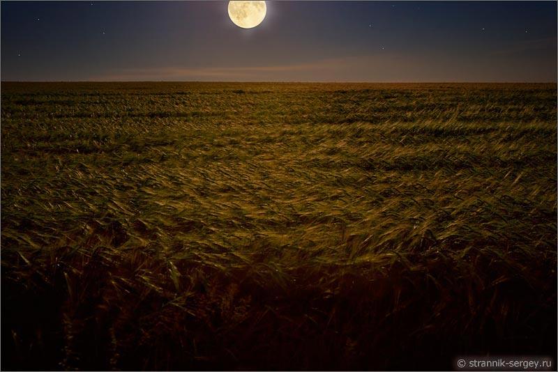 фото луна над морем